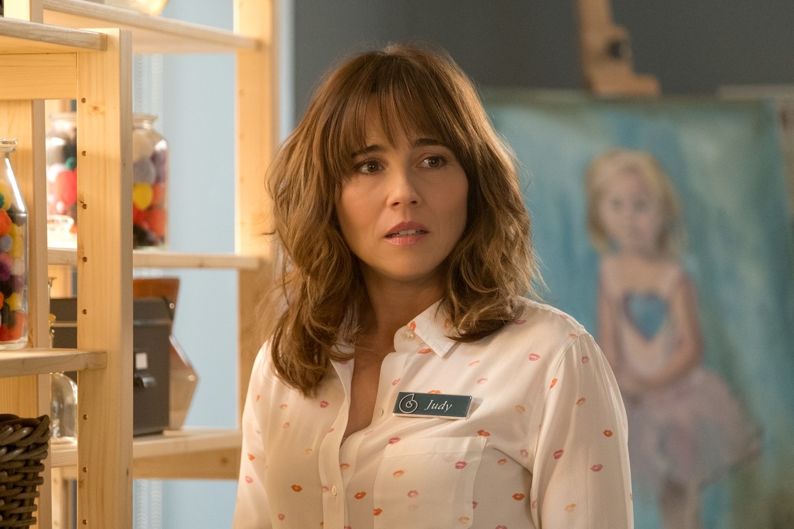 dead to me, tv show, and linda cardellini image