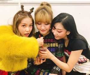 elkie, sorn, and seungyeon image