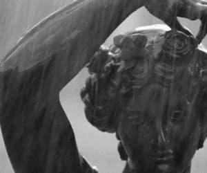 estatua, gif, and lluvia image