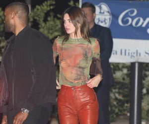 Kendall Jenner Grabs Dinner With Sis Kylie & Scott Disick in Malibu