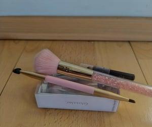 makeup, skin, and brochas image