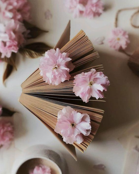 """Polubienia: 3,751, komentarze: 77 – Karola (@guzik.prawda) na Instagramie: """"Books, flower, power…✨ . Pierwszą książką, którą przeczytałam od deski do deski i którą pamiętam…"""""""
