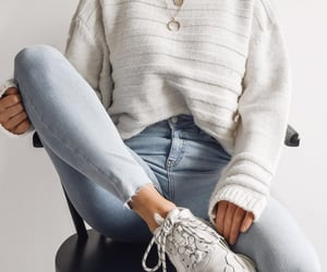 comfy fall outfit to try this season : white sweater + jeans + sneakers