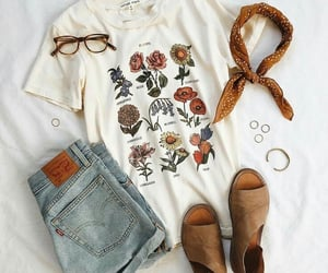 camiseta, jeans, and short image