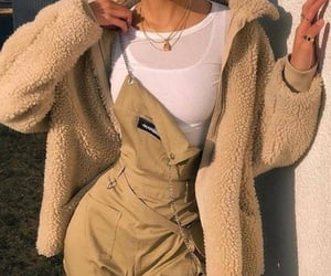 WOW. This outfit is absolutely... fabulous. The jewelry and the colors(✿☉。☉). I love it; is good for autumn and winter. 1000/10 The part below is not there, I leave you the task of completing the outfit😏💖