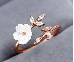 dedos, dorado, and anillos image