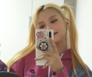 mirror selfie, kpop icon, and momoland image