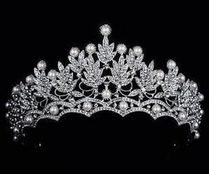 corona, accesorios, and perlas image