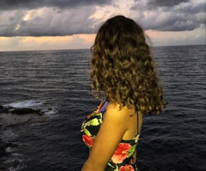 curly hair, plage, and short hair image