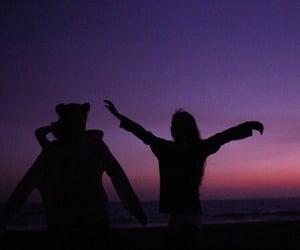 amigas, night, and jovenes image
