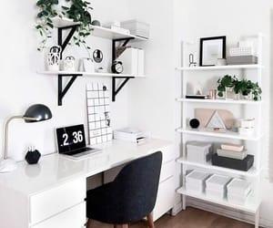 La silla negra contra el escritorio blanco contrastan a la perfección