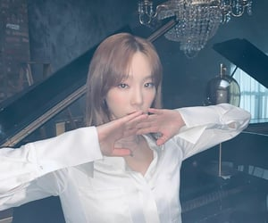 blonde, kpop, and taeyeon kim image