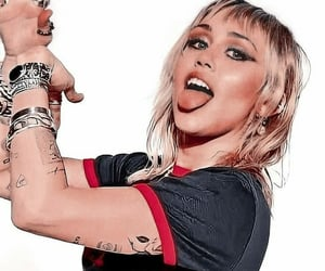 miley cyrus, sih, and she is here image