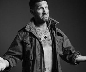 tom hardy, blanco y negro, and tatuajes image