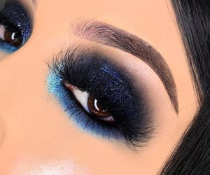 Cool eye makeup art........✨