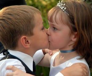 niños beso niñas image