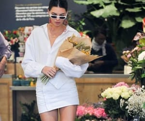 Kendall Jenner in a 💐 flower market buying a bouquet of flowers