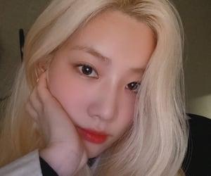 kim lip, kpop, and loona image