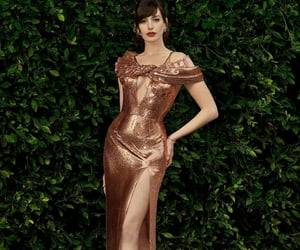 Anne Hathaway, elegancia, and belleza image
