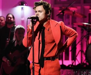 """Arantza 💕 [fan page] no Instagram: """"In honor of the rumors that there might be a cherry music video, here's Harry Styles looking handsome as ever in his red suits 👀🍒"""""""
