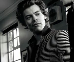 "harry styles no Instagram: ""something about harry in black and white really hits different"""