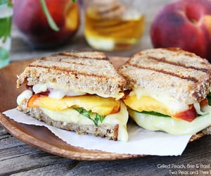 Grilled peach, brie and basil sandwich - Nom-Food!