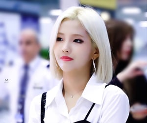 airport fashion, style, and (g)i-dle image