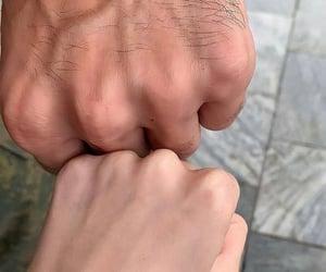 holding hands, كبلات كبل ثنائي, and عناقك عناق image