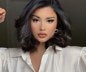 femme, femme d'influence, and brunette-hairstyle image