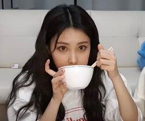 food, hyewon, and izone image