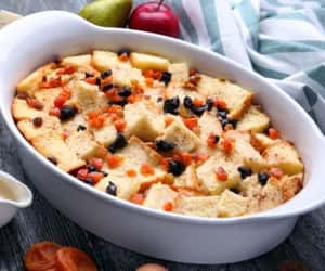 bread pudding with fruits image