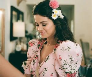 selena gomez, de una vez, and flowers image