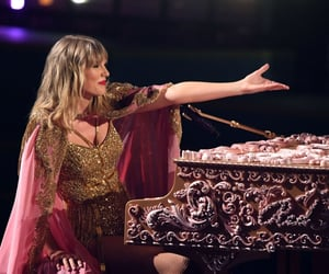 13, Taylor Swift, and american music awards image