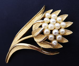 Crown Trifari Gold Tone Floral Pin / Brooch with Faux Pearls, Vintage 1960s P1850631
