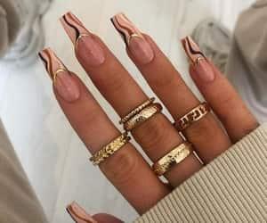 moda uñas marron anillos image
