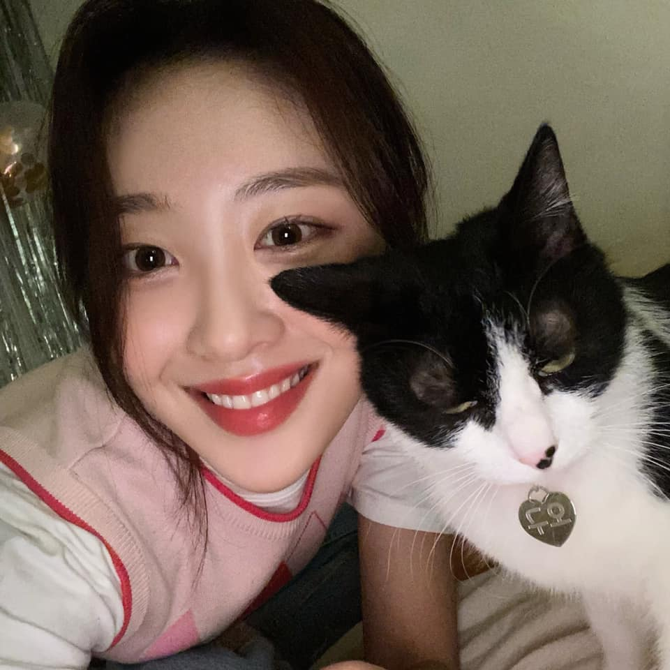 yves, loona, and girl group image