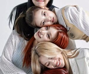itzy, shin yuna, and hwang yeji image