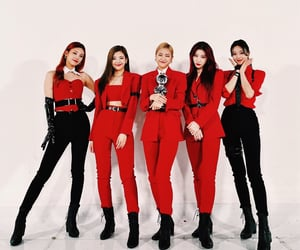 outfits, red, and itzy image