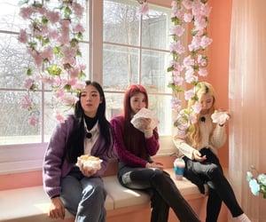 goeun, purple kiss, and chaẻin image