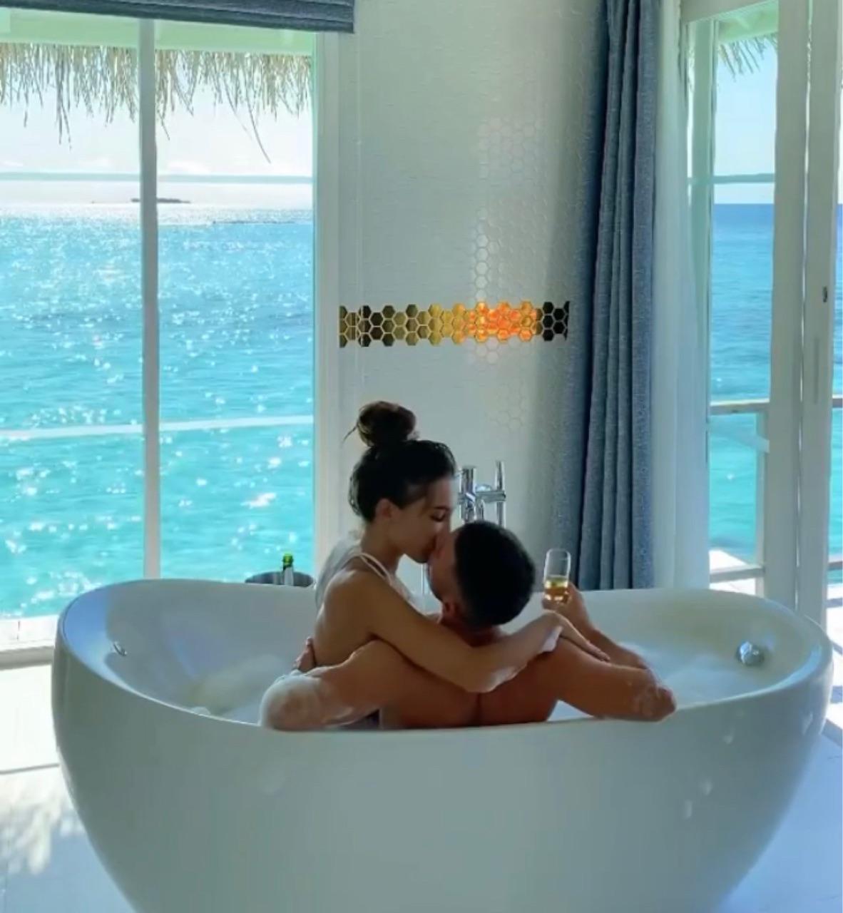 bath, kiss, and mansion image