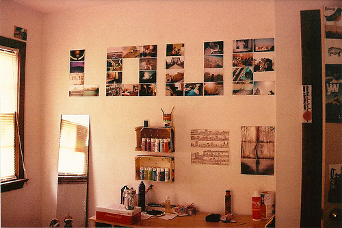 Resultado de imagem para quarto com fotos na parede tumblr
