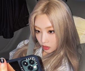 kim lip, loona, and girl group image