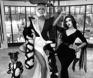 khloe kardashian and kourtney kardashian image