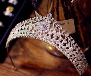 tiara, belleza, and elegancia image