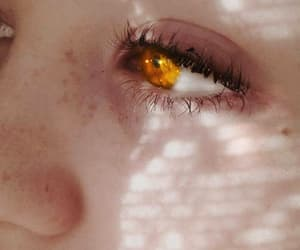 freckles, pale skin, and ojos image