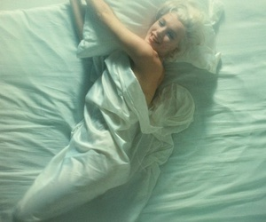 bed, marylin monroe, and style icon image