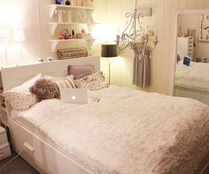 bed, bedroom, and quarto image