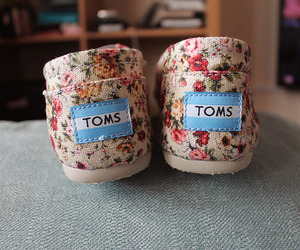 <3, flower print, and toms image