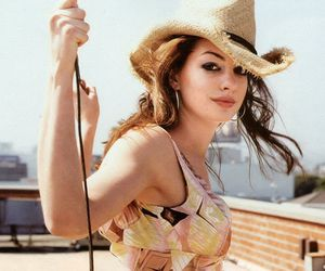 Anne Hathaway and hat image
