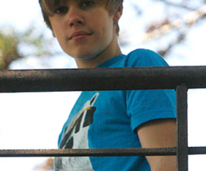 girl and justin bieber image